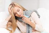 Mujer enferma con taza de té — Foto de Stock