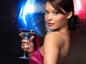 Donna con cocktail e discoteca palla — Foto Stock