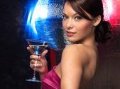 Mulher com bola de discoteca e cocktail — Foto Stock