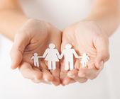Mãos da mulher com a família do homem de papel — Foto Stock