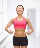 Femme avec des flèches sur le ventre — Photo