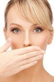 Femme couvrant sa bouche — Photo