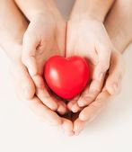 Mãos de mulher e homem com coração — Foto Stock