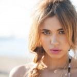 fotomodell poserar på stranden — Stockfoto