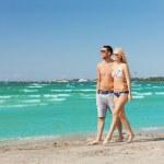 par promenerar på stranden — Stockfoto