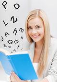 Jonge vrouw lezing boek — Stockfoto