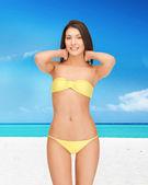 Piękna kobieta w bikini na plaży — Zdjęcie stockowe