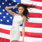Молодая женщина в белом платье — Стоковое фото