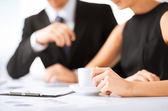 Vrouw hand ondertekenen contract papier — Stockfoto