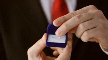 Groom or salesman holding a box with wedding ring — Stock Video