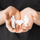 Mani di uomo con gli uomini di carta — Foto Stock