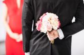 Adam gizleme buket çiçek — Stok fotoğraf