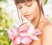 百合花的可爱女人 — 图库照片