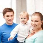 Счастливая семья с очаровательны младенца — Стоковое фото