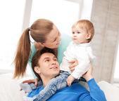 Heureux parents de jouer avec bébé adorable — Photo