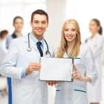 dos jóvenes doctores atractivos — Foto de Stock