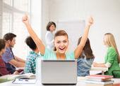 Gelukkig student meisje met laptop op school — Stockfoto