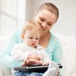 Мать и очаровательны младенца с планшетным ПК — Стоковое фото