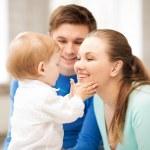 Счастливые родители, играя с очаровательны младенца — Стоковое фото