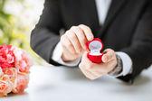 Uomo con scatola regalo e anello nuziale — Foto Stock