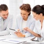 zakelijke team dat werkt met een tablet-pc's in office — Stockfoto