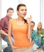 Vrouw in lege kleur t-shirt weergegeven: ok gebaar — Stockfoto