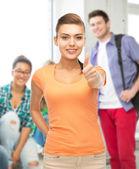 Mujer mostrando los pulgares para arriba en la escuela — Foto de Stock