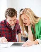 öğrenciler okulda tablet pc bakıyor — Stok fotoğraf