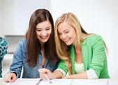 öğrenci kızlar okulda defter işaret — Stok fotoğraf