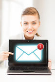 Affärskvinna med laptop i office — Stockfoto