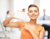 Office beyaz boş kart gösteren kadın — Stok fotoğraf