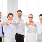 equipo de negocios muestra los pulgares en oficina — Foto de Stock