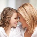 母と娘を抱きしめる — ストック写真
