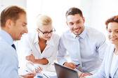 オフィスでの会議のチームと実業家 — ストック写真