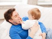Glückliche vater mit baby bengel — Stockfoto
