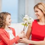 幸せな母と花と娘 — ストック写真