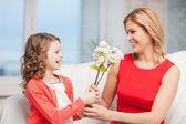 Mutlu anne ve kızı çiçekli — Stok fotoğraf