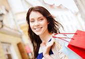 Frau mit einkaufstüten in ctiy — Stockfoto