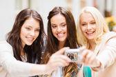 Mooie meisjes nemen van foto in café in stad — Stockfoto