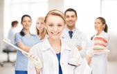 Doktor s kartáček na zuby a čelisti — Stock fotografie