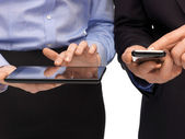 Mãos com smartphones e tablet pc — Foto Stock