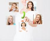 Kadın sanal ekran ve ilgili simgeler — Stok fotoğraf
