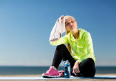 Woman resting after doing sports outdoors — Stockfoto