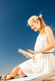 Beautiful smiling woman with tablet pc outdoors — Stock Photo