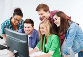 Studenci z komputera nauki w szkole — Zdjęcie stockowe