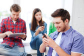 Eleven undersöker smartphone i skolan — Stockfoto