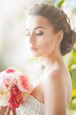 Mujer joven con ramo de flores — Foto de Stock