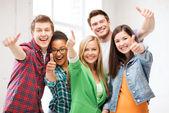 Studenter visar tummen upp på skolan — Stockfoto