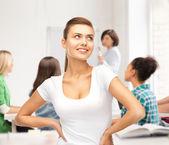 Dziewczyna studentów w puste biały t-shirt w szkole — Zdjęcie stockowe