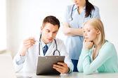 Médico y enfermera con el paciente en el hospital — Foto de Stock